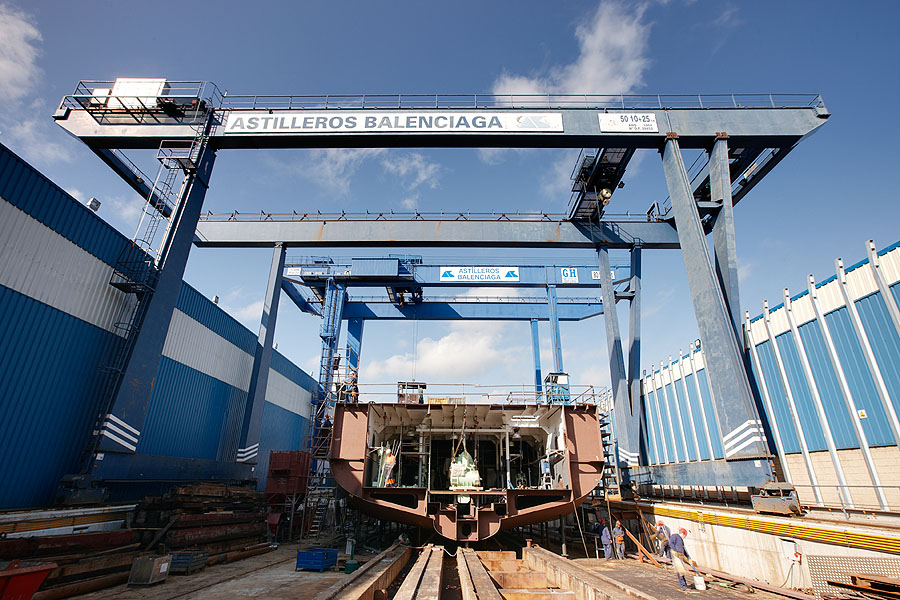 Gantry crane with hoists of 50 + 10 + 25t lifting capacity for Balenciaga Shipyard