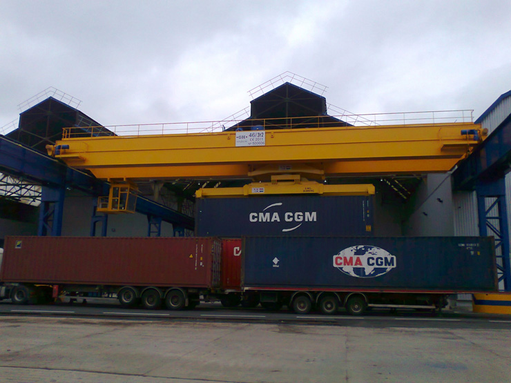 EOT crane para Flag Francia with a crab of two lifting capacities.